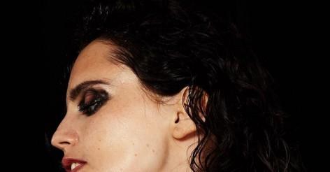 Anna Calvi annonce la diffusion d'un ancien concert à Paris